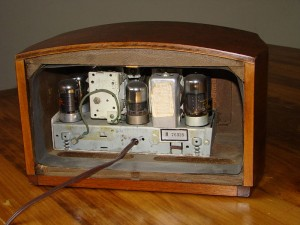 Open backside of a Philco PT-44 Transitone from 1940/41. Can you name all the materials you see?