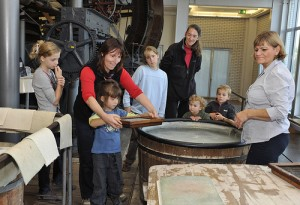 Hand papermaking at the TECHNOSEUM in Mannheim/Germany. TECHNOSEUM, picture Hans Bleh